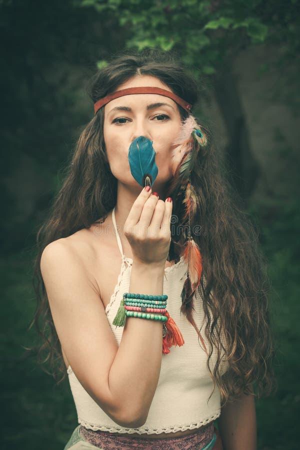 Boheemse stijl jonge vrouw met veerportret stock afbeelding