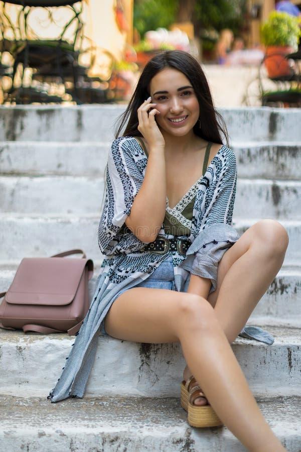 Bohemian novo como a mulher vestida no conceito mediterrâneo da cidade fotografia de stock