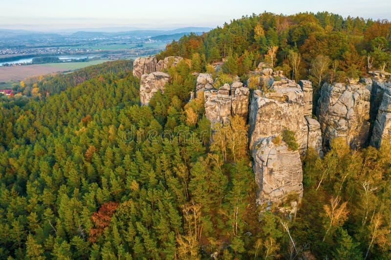 Bohemian Paradise Gruppo di formazione di roccia di arenaria nel Raj cesky al tramonto immagine stock