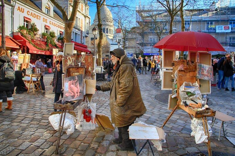 Bohemiska målare som arbetar i Paris i det Montmartre området arkivbild