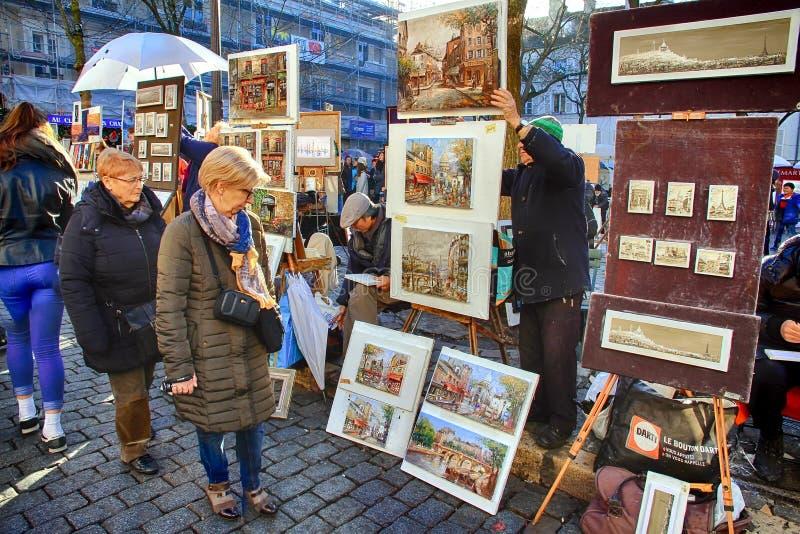 Bohemiska målare som arbetar i Paris i det Montmartre området royaltyfri fotografi
