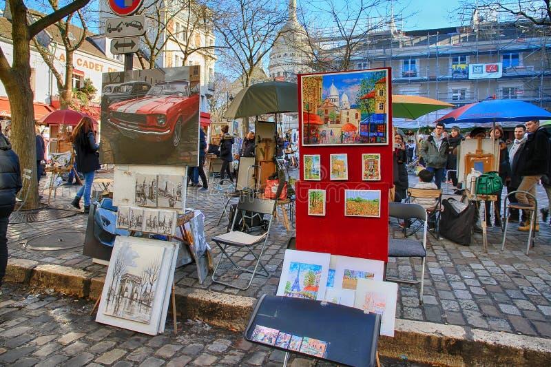 Bohemiska målare som arbetar i Paris i det Montmartre området royaltyfria foton