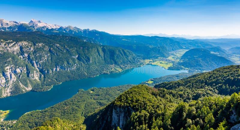 Bohinj湖鸟瞰图从沃热尔缆车驻地的 斯洛文尼亚的山在特里格拉夫峰国家公园 朱利安阿尔卑斯风景 Bl 免版税库存图片