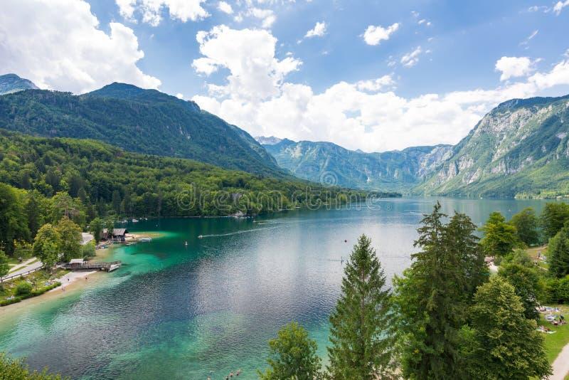 Bohinj湖,斯洛文尼亚 湖看法从近的教会上面的  大海在夏日,与云彩的蓝天 秋天 图库摄影