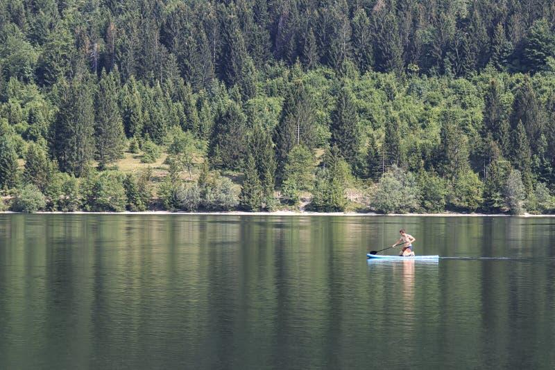 Bohinj Slovenien - Juni 4, 2017: Turist på ett litet fartyg i sjön Bohinj, en berömd destination inte långt från den blödde sjön royaltyfri fotografi