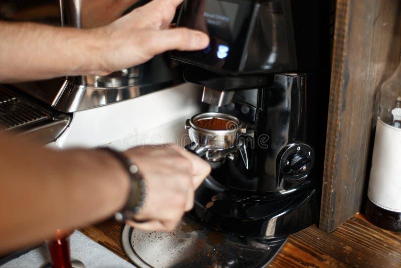 Bohnen des frisch gemahlenen Kaffees in einem portafilter durch den Kaffee stockbild