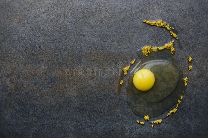 Bohnen des gelben Eigelbs und des Senfes auf schwarzer Tabelle, Draufsicht stockfotos