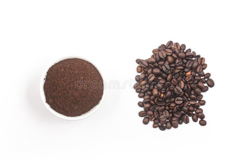 Bohnen des gemahlenen Kaffees in einer Schüssel und in einem Stapel von Kaffeebohnen stockfotografie