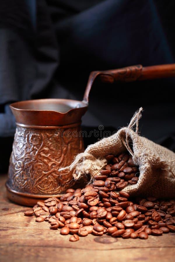 Bohnen nähern sich Kaffee-Topf lizenzfreies stockbild