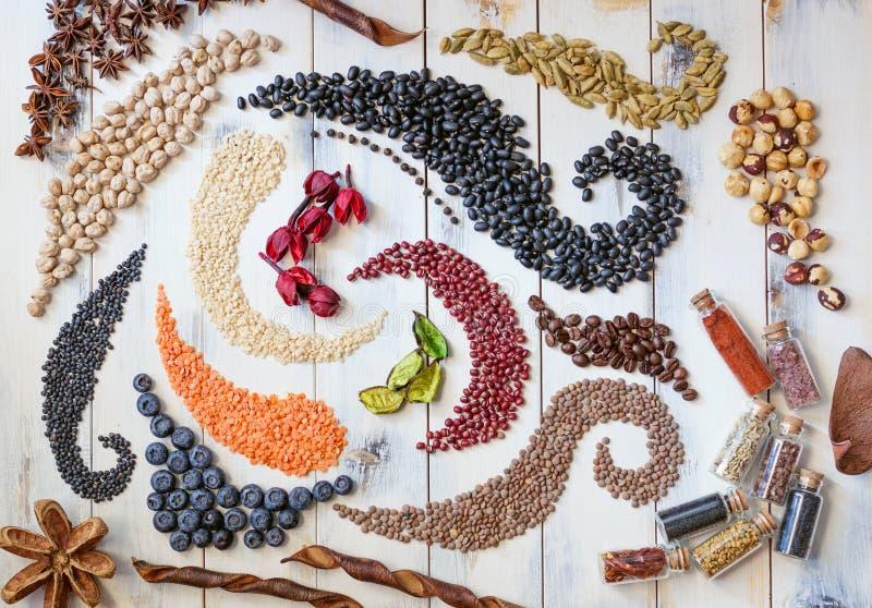 Bohnen, Samen und Kräuter, die Strudel bilden lizenzfreie stockfotografie