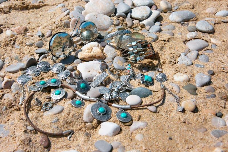 Boho-Artschmuck und -Sonnenbrille auf Strand stockbilder