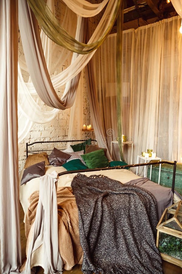 Boho binnenlandse slaapkamer met gordijnen stock foto's
