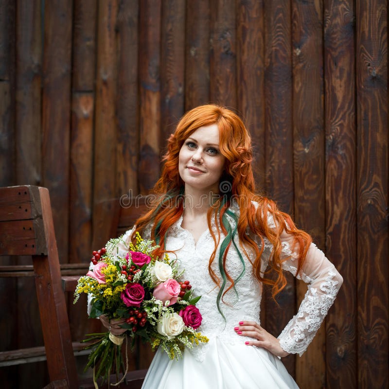 Boho-Braut mit der roten Haaraufstellung lizenzfreies stockfoto