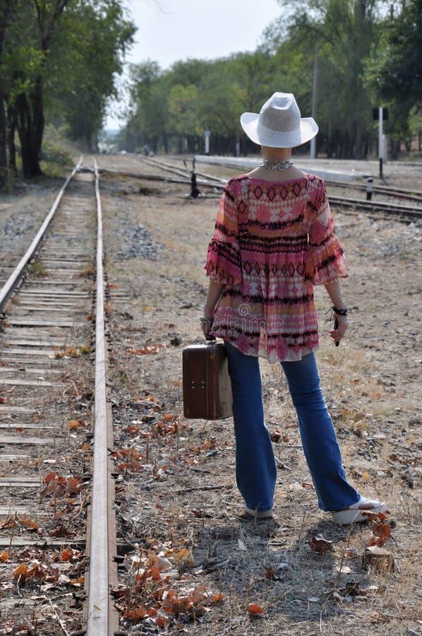 Boho de la mujer que se coloca con la maleta imagen de archivo libre de regalías