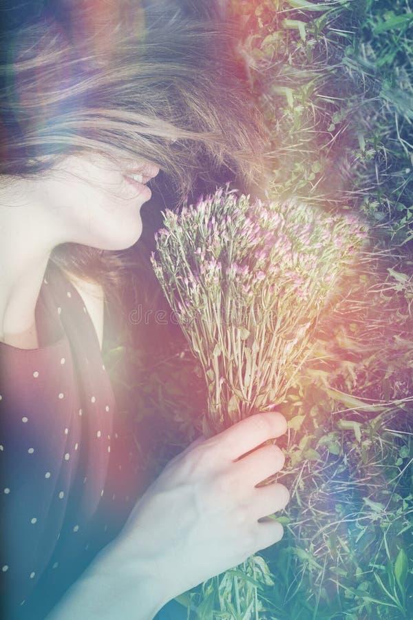 Boho dziewczyny portret na trawie zdjęcie stock