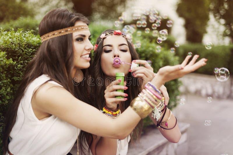 Boho flickor som spelar med bubblor arkivfoto
