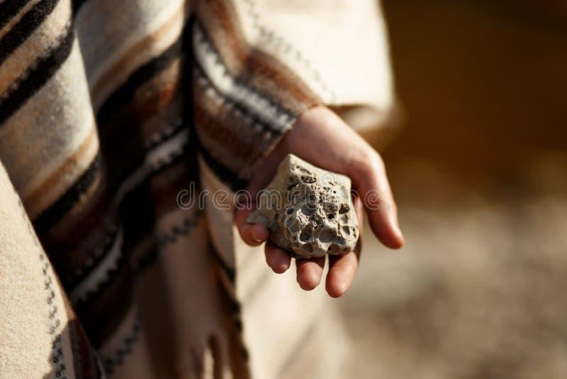 Boho-Frau, die in der Hand Mond hält, formte strukturierten Stein in Fluss b stockfoto