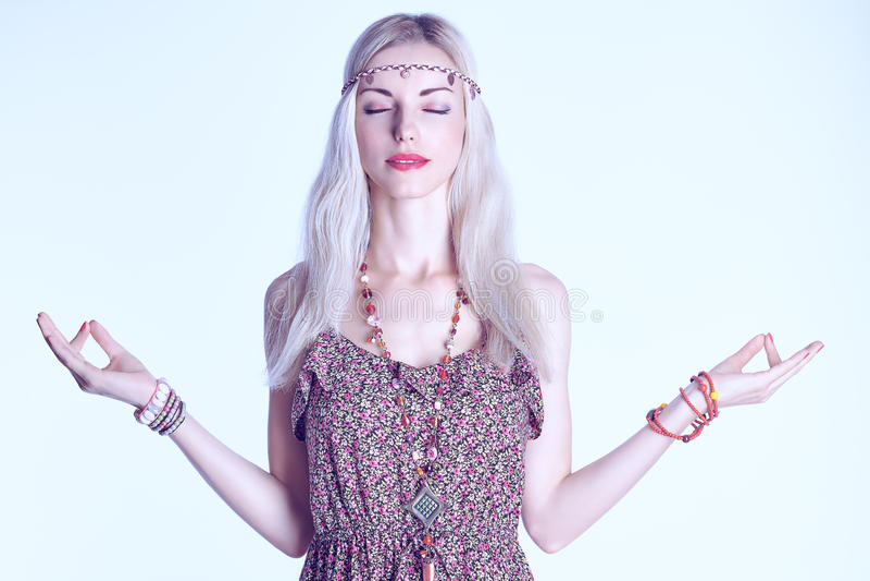 Boho-Frau meditiert und entspannt sich mit geschlossenen Augen lizenzfreies stockbild