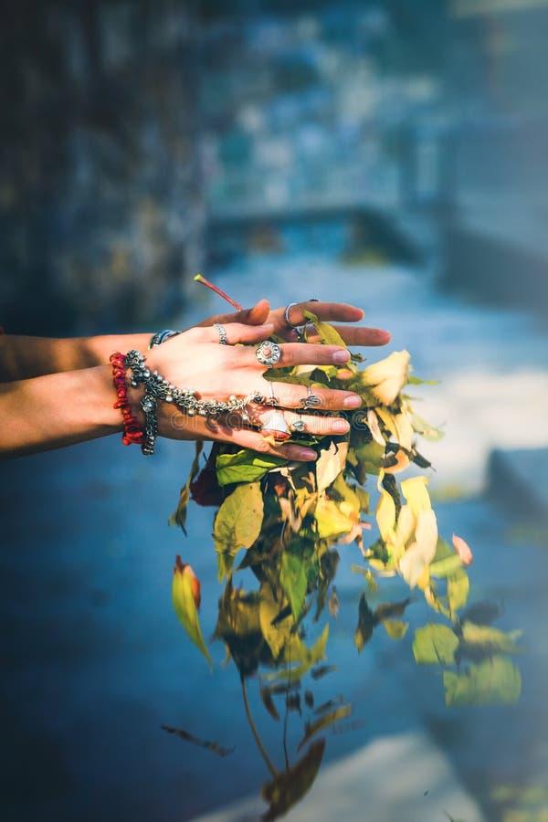 Boho-Herbstmode-Frauenhände mit Los Ringen und Armbändern stockbilder