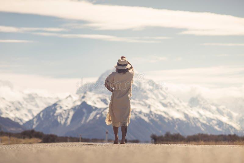 Boho hipisa dama w biel sukni z kapeluszy stojakami na drodze z ao obraz stock