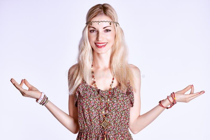 Download Boho Kobieta Medytuje I Relaksuje Z Zamkniętymi Oczami Obraz Stock - Obraz złożonej z dziewczyna, ludzie: 57670585