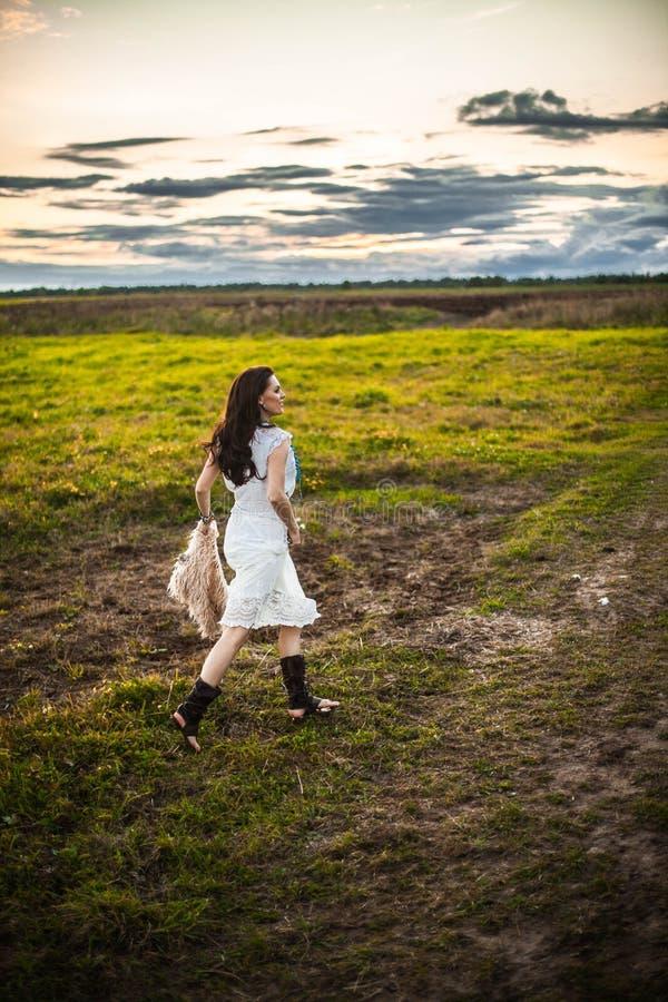 Boho kobieta w polu zdjęcie royalty free