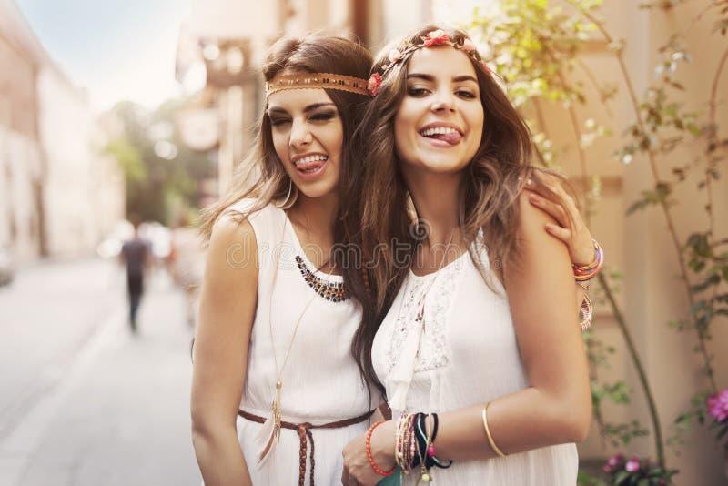 Boho-Mädchen auf der Straße lizenzfreies stockfoto