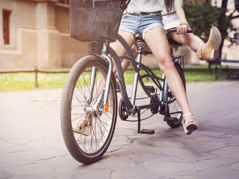 Boho-Mädchen, die auf Fahrrad fahren lizenzfreie stockfotografie