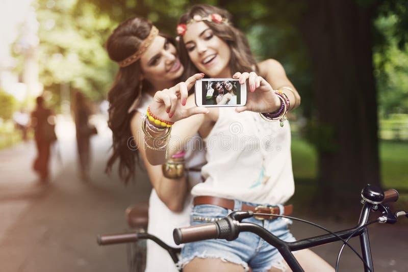 Boho-Mädchen, die selfie nehmen lizenzfreie stockfotos