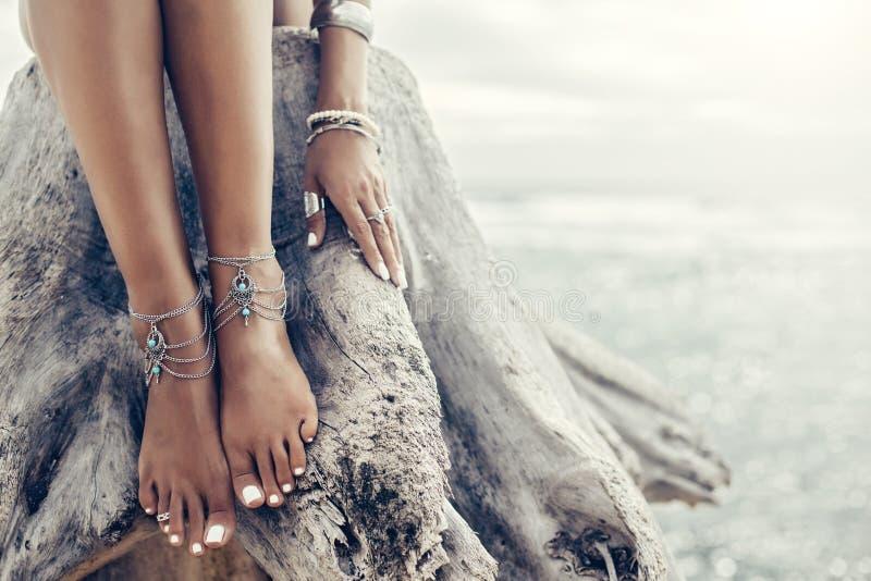 Boho-Mädchen mit indianischem Silberschmuck am Strand lizenzfreie stockbilder
