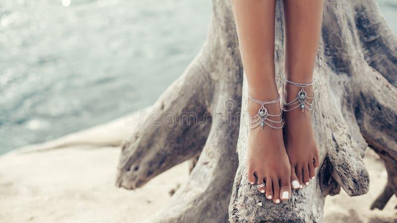 Boho-Mädchen mit indianischem Silberschmuck am Strand stockfotos