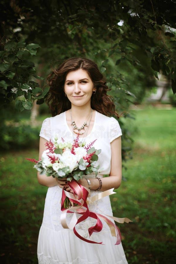Boho schickes Braut mit Hochzeitsblumen lizenzfreie stockbilder