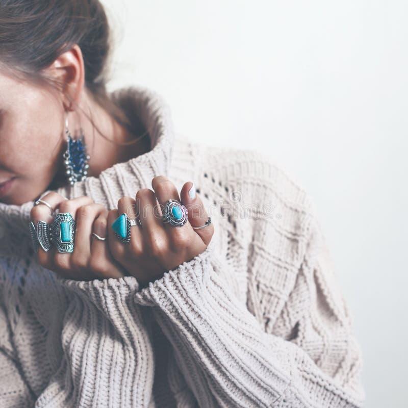 Boho-Schmuck und woolen Strickjacke auf Modell lizenzfreie stockfotografie