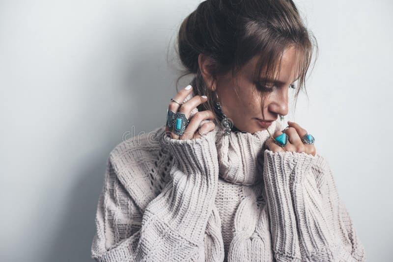 Boho-Schmuck und woolen Strickjacke auf Modell stockfotografie