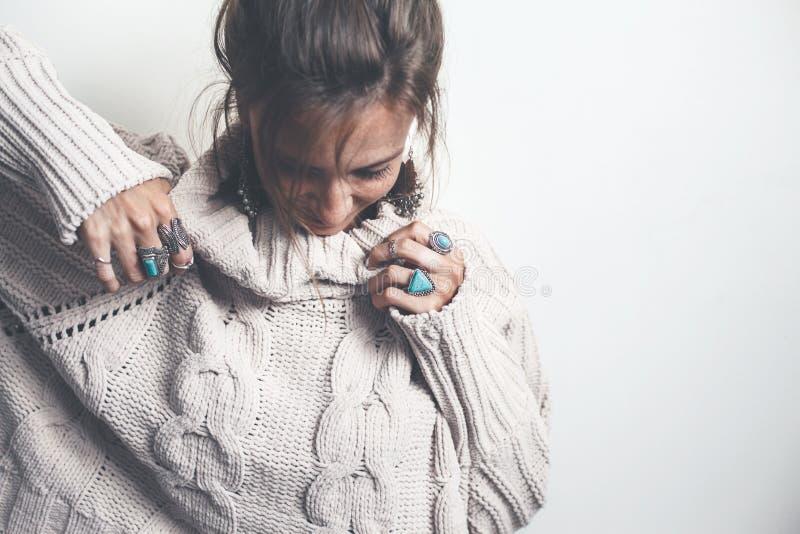 Boho-Schmuck und woolen Strickjacke auf Modell lizenzfreie stockfotos