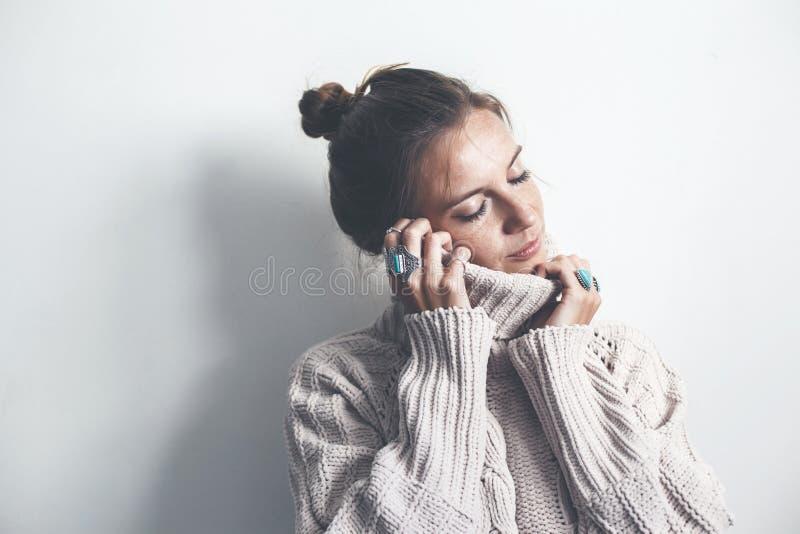 Boho smycken och woolen tröja på modell royaltyfri foto
