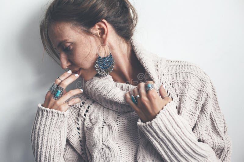 Boho smycken och woolen tröja på modell royaltyfri bild