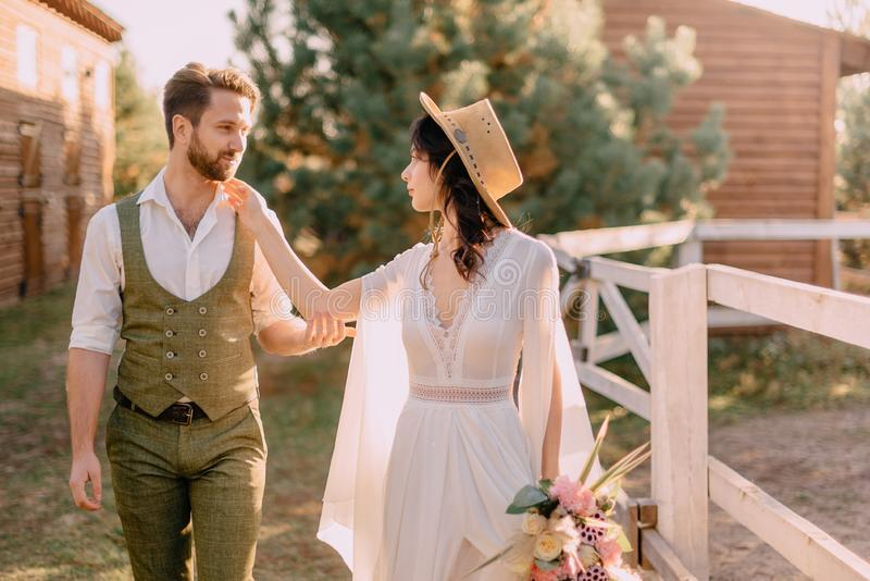 Boho-stil nygifta personer går på ranchen, sommar royaltyfria foton