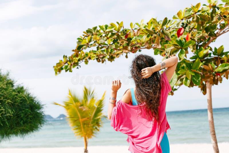 Boho stileerde het jonge vrouw lopen op het strand stock afbeelding