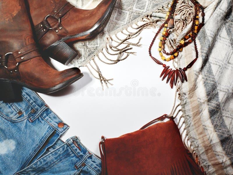 Boho styl Rzemienni buty, drelich i torba z kranem na Białym tle, Zasięrzutnego widoku dnia Przypadkowi stroje Modny spojrzenie fotografia royalty free