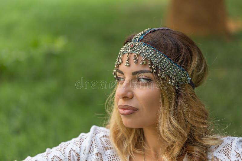 Boho szyk Piękna kobieta jest ubranym rocznika headpiece zdjęcie stock