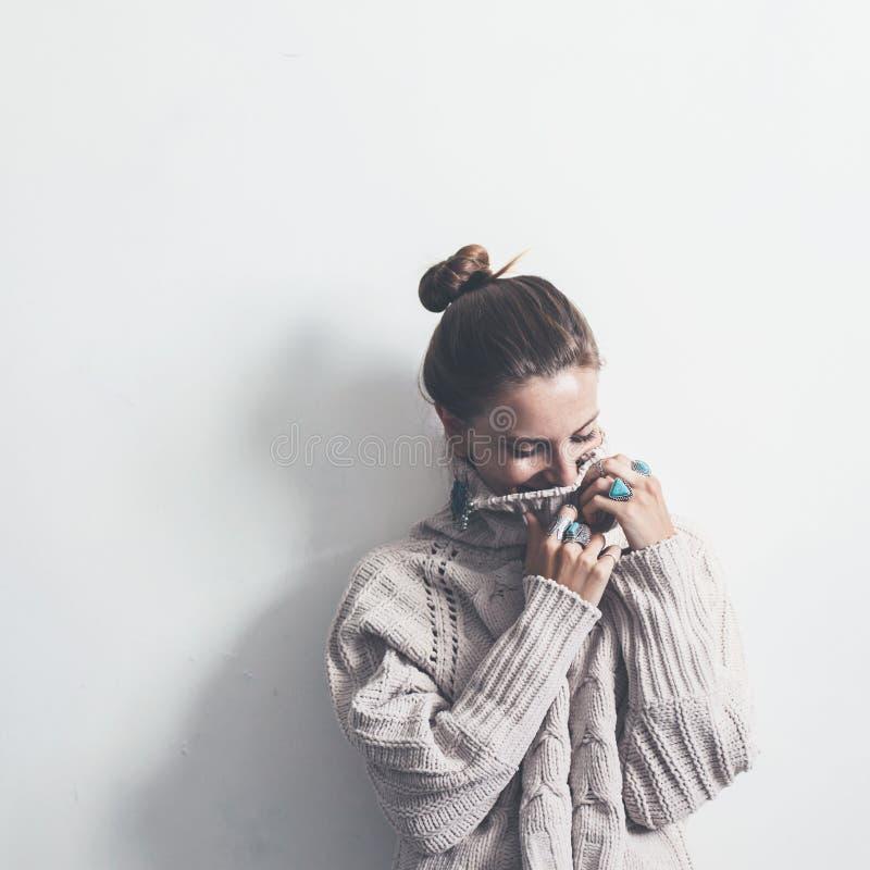 Bohojuwelen en wollen sweater op model royalty-vrije stock afbeelding