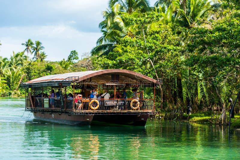 BOHOL, FILIPINAS - 23 DE FEBRERO DE 2018: Vista del barco turístico en el río Loboc Copie el espacio para el texto fotografía de archivo libre de regalías