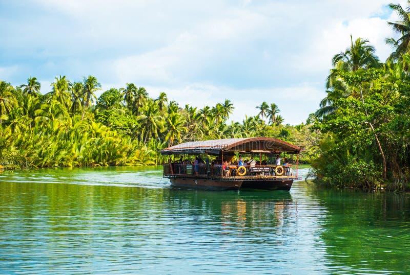 BOHOL, FILIPPIJNEN - FEBRUARI 23, 2018: Weergeven van wildernis groene rivier Loboc Exemplaarruimte voor tekst stock foto