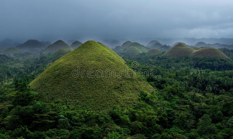 Bohol, Philippines Collines de chocolat avec le ciel nuageux foncé profond, Philippines Vue des collines de chocolat Vue panorami photographie stock libre de droits