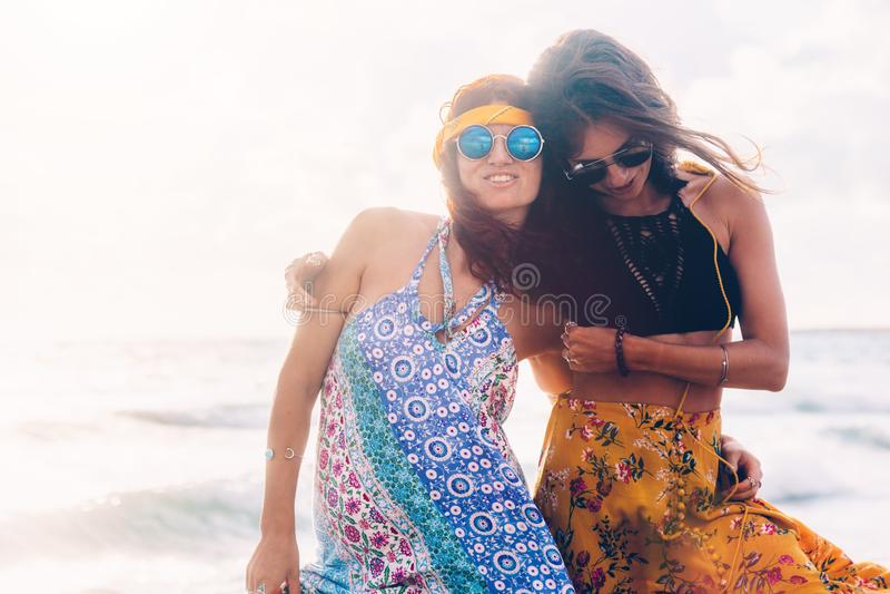 Bohomeisjes die op het strand lopen royalty-vrije stock afbeeldingen