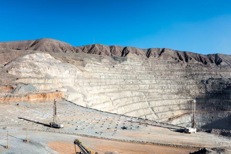 Bohrendes und explosives Laden bei offenem Pit Copper Mine lizenzfreies stockfoto