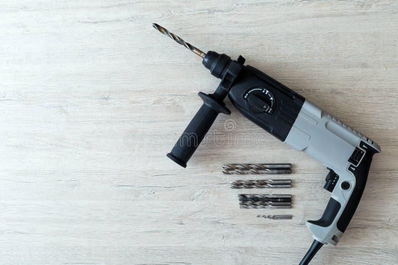 Bohrgerät-Schraubenzieher mit Bohrgeräten und nozzleon stockfoto