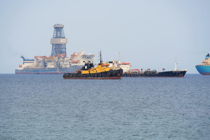 Bohrgerätschiff pazifisches Khamsin und Schiffe im Hafen von Limassol, lizenzfreies stockfoto