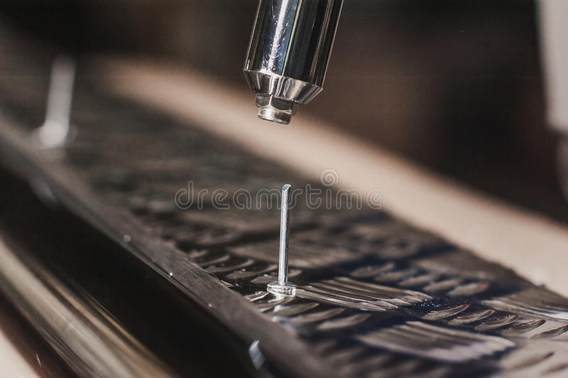 Bohrgerätschraubenzieher-Arbeitsflussschaffung von Metallteilen stockfotografie